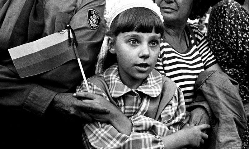 """Raimondo Malaiškos fotografija iš parodos """"Baltijos keliui – 30: 1989-ųjų įvykius prisiminus"""", kuri šiuo metu veikia LMA Vrublevskių bibliotekos Tado Vrublevskio skaitykloje."""