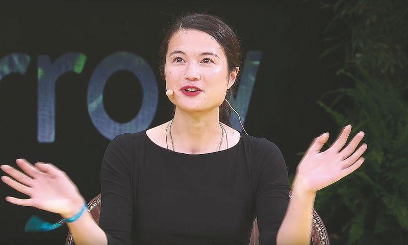 """""""Kai buvau maža, norėjau prisidėti sprendžiant didžiausią pasaulyje problemą. Maniau, kad ta problema yra vėžys, bet vėliau supratau, kad tai – senėjimas"""", – sako rizikos kapitalo investuotoja Laura Deming. """"Youtube"""" stop kadras."""