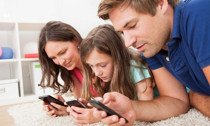 """Buvimas kartu nepadeda kurti ryšio, jeigu šeimos nariai žiūri į skirtingus ekranus. """"Matton"""" nuotr."""