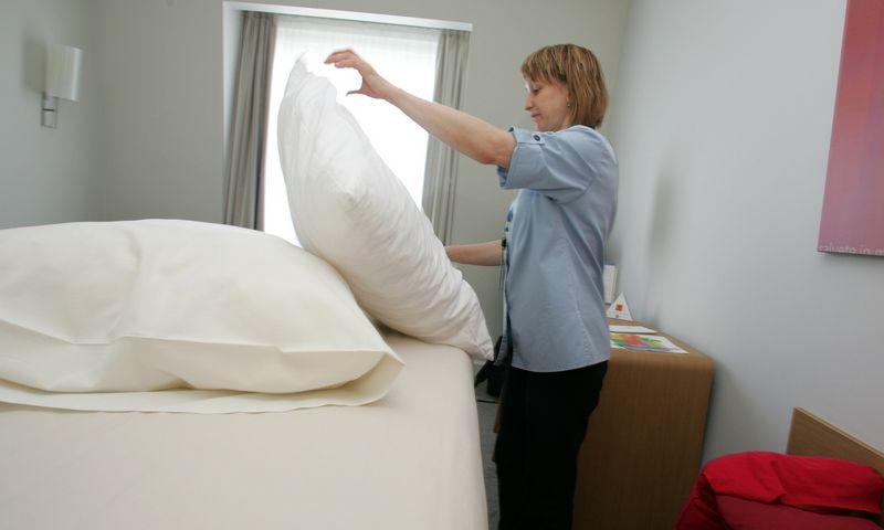 Viešbučio kambarinė tvarko kambarį. Violetos Bubelytės nuotr.