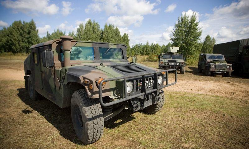 """Šiuo metu Lietuvos kariuomenėje naudojami HMMWV (nuotraukoje) ir """"Toyota"""" """"Land Cruiser 200"""" šarvuotieji visureigiai.  Vladimiro Ivanovo (VŽ) nuotr."""