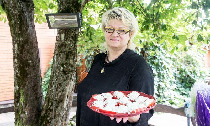 """Raimonda Jusienė, namų restorano """"Pasaulio pakrašty"""" bendraturtė: """"Patiekalus gaminame prieš svečiams atvykstant, tad prašome, kad šie vietas rezervuotų iš anksto.""""  Juditos Grigelytės (VŽ) nuotr."""