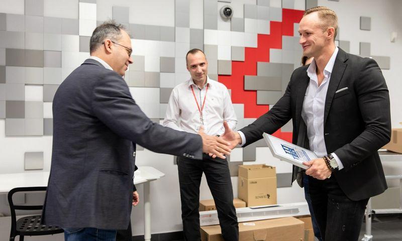 """Arūnas Jurkša, UAB """"Fima"""" duomenų centrų sprendimų vadovas, ir Arūnas Jankauskas, paslaugų pardavimo vadovas, įteikia """"Tier III Design"""" sertifikatą Vytautui Skiriui, """"RackRay"""" duomenų centro eksploatacijos vadovui (dešinėje)."""