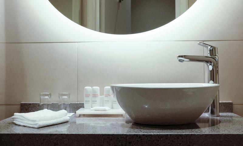 Prie didesnės talpos tualeto reikmenų butelių šiuo metu taip pat pereina ir viešbučiai Lietuvoje. Vladimiro Ivanovo (VŽ) nuotr.