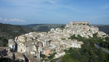 Kurtis Italijos kaime vilioja tūkstančiaiseurų