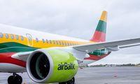"""""""airBaltic"""" rinkodaros šūvis: Baltijos šalių vėliavomis nuspalvinti lėktuvai"""