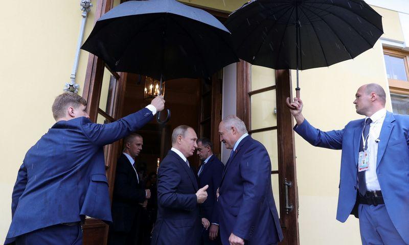 """Rusijos prezidentas Vladimiras Putinas ir Baltarusijos prezidentas Aliaksandras Lukašenka. Mikhail Klimentyeb (AFP/""""Scanpix"""") nuotr."""