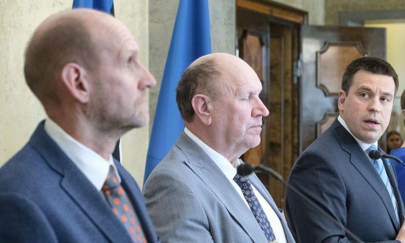 """Estijos valdančioji koalicija: (iš kairės) H. V. Seederas, """"Isamaa"""" partijos lyderis, Martas Helme, EKRE vadovas, ir premjeras Juri Ratas, Centro partijos pirmininkas. Raigo Pajulos (AFP / """"Scanpix"""") nuotr."""