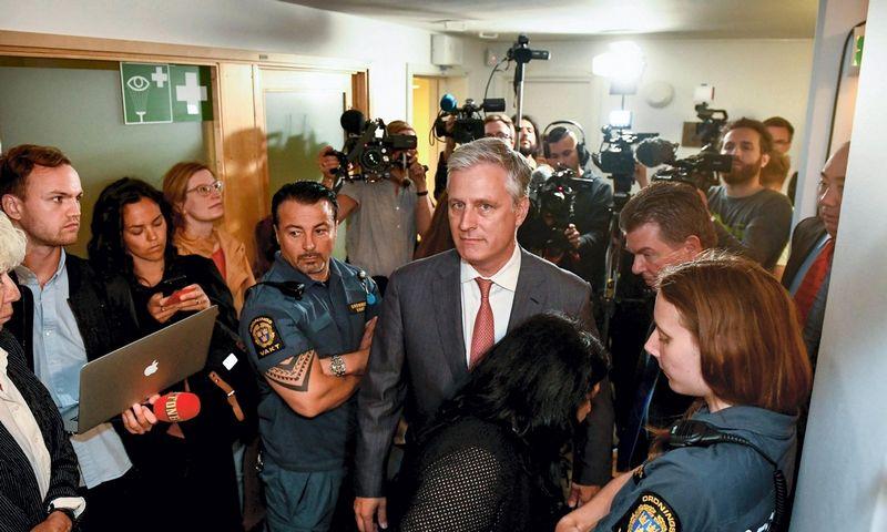 "Robertas O'Brienas (centre). Eriko Simanderio (""Scanpix""/""TT News Agency""/AFP/""Sweden OUT"") nuotr."