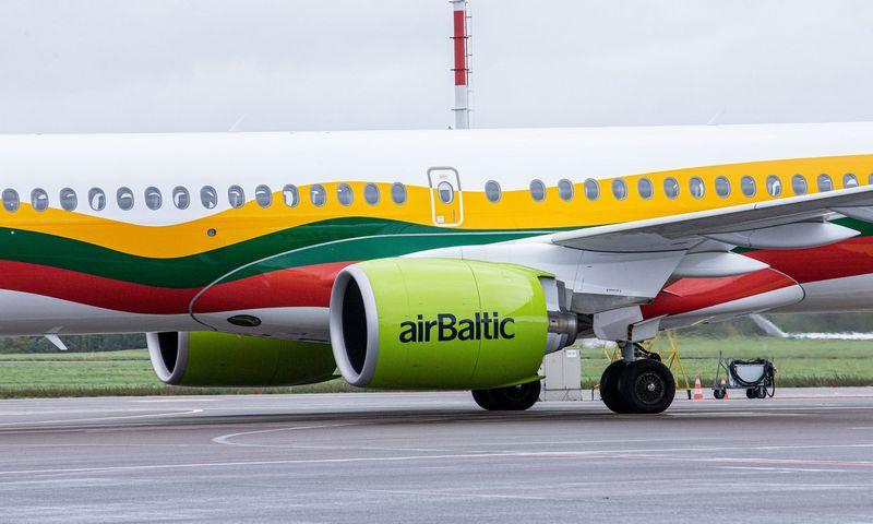"""Latvijos oro linijų bendrovė """"airBaltic"""" pristatė lėktuvą, nudažytą Lietuvos vėliavos spalvomis. Juditos Grigelytės (VŽ) nuotr."""