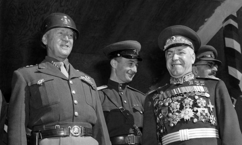 """Vienas iš Sicilijos operacijos vadų amerikietis generolas George'as S. Patton (kairėje) ir rusas generolas Georgijus Žukovas, 1945 m., Berlynas. """"Scanpix"""""""