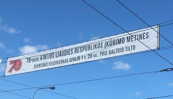 Vilniuspašalins reklamas, kviečiančias švęsti komunistinės Kinijos įkūrimą