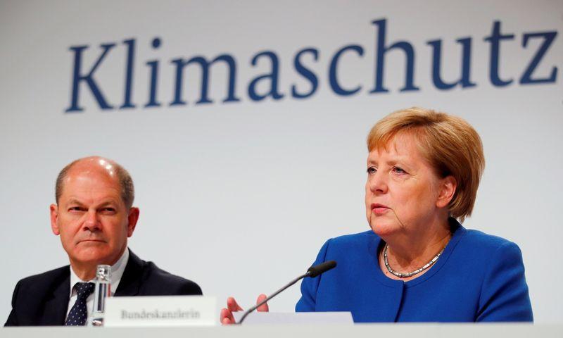 """Olafas Scholzas, Vokietijos ekonomikos ministras, teigia, kad plano įgyvendinimui pakaks pajamų iš surinktų mokesčių bei Klimato fondo. Stefan Wermuth (""""Reuters"""" / """"Scanpix"""") nuotr."""