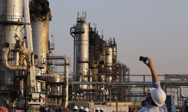 """Saudo Arabijos naftos gavybos pajėgumai po dronų apšaudymo. Amro Nabio (AP / """"Scanpix"""") nuotr."""