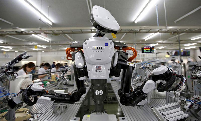 """2015 m. JK bendrovės turėjo 10 robotų kiekvienam milijonui darbo valandų, JAV šis skaičius siekė 131, Vokietijoje – 133, Japonijoje – 167. Issei Kato (""""Reuters"""" / """"Scanpix"""") nuotr."""
