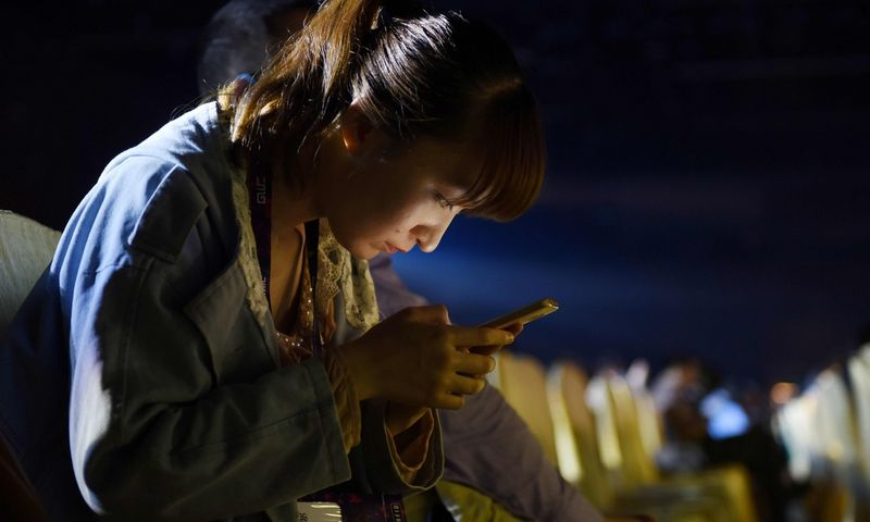 """Trumpus ir linksmus epizodus žiūrovas mato per visą mobiliojo telefono ekraną. Greg Baker (""""AFP""""/""""Scanpix"""") nuotr."""