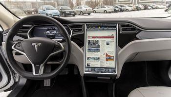 """Po programinės įrangos atnaujinimo """"Tesla"""" turės ir karaokės funkciją"""