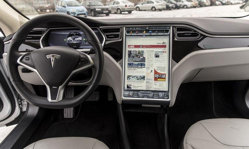 """Elektromobilis """"Tesla Model S"""". Vladimiro Ivanovo (VŽ) nuotr."""