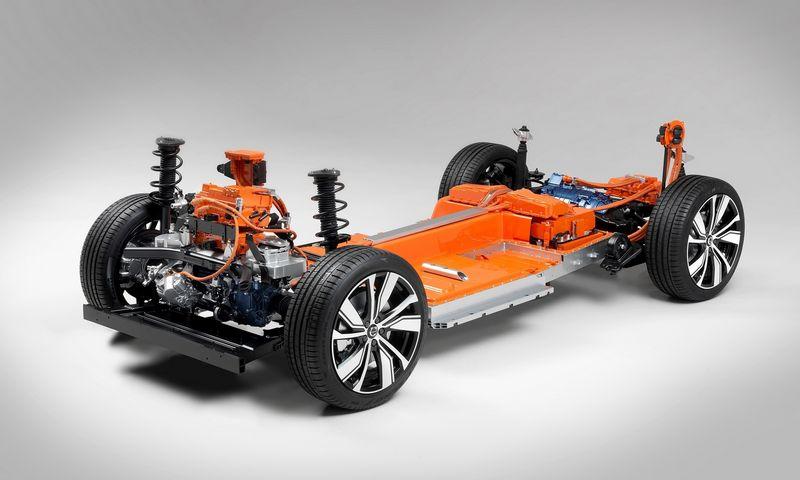 """Elektrinio XC40 pavaros sistema sudaryta iš dviejų motorų ir po grindimis įrengto akumuliatoriaus. """"Volvo cars"""" nuotr."""
