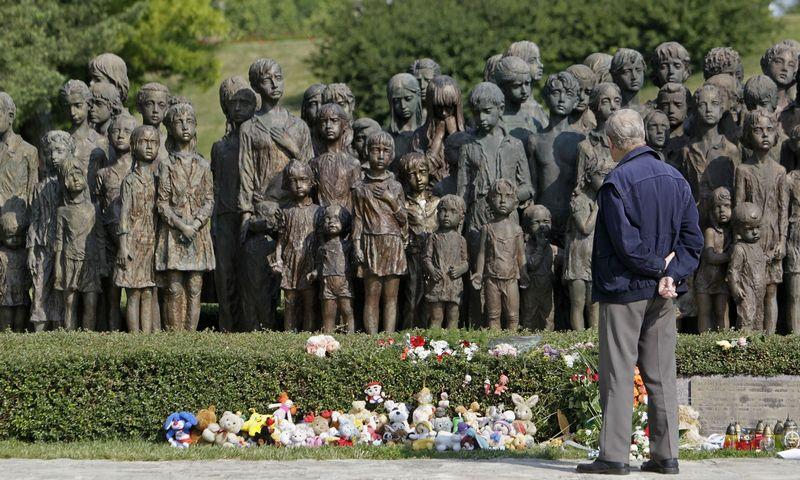 """Memorialas Lidicės kaimo Čekijoje aukų atminimui. Davido W Cerny (""""Reuters"""" / """"Scanpix"""") nuotr."""