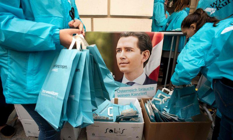 """Apklausos pergalę žada Sebastiano Kurzo vadovaujamai centro dešinės Austrijos žmonių partijai (OVP). Joe Klamar (AFP / """"Scanpix"""") nuotr."""