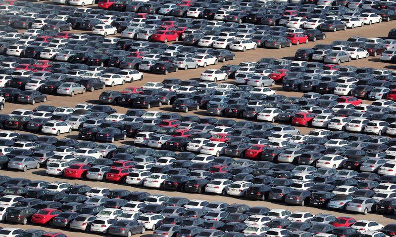 """JAV, Kalifornijoje esančioje saugykloje laikomi iš savininkų atpirkti """"Volkswagen"""" automobiliai su duomenis klastojančia įranga. (""""Reuters"""" / """"Scanpix"""") nuotr."""