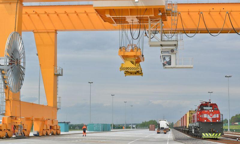 """""""Lietuvos geležinkeliai"""" nuo kitų metų pasiūlys automobilines puspriekabes gabenti geležinkeliu ir taip racionaliau organizuoti logistiką."""