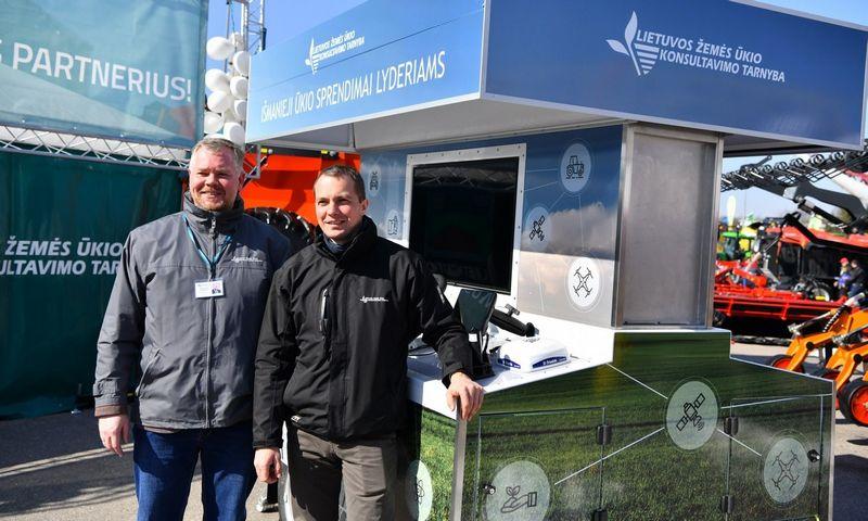 Rimtautas Petraitis, LŽŪKT Plėtros padalinio vadovas (kairėje), ir Karolis Urba, Augalininkystės paslaugų vadovas, prie mobiliojo Tiksliojo ūkininkavimo technologijų stendo.