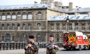 Paryžiuje peiliunudurtiketuripolicininkai