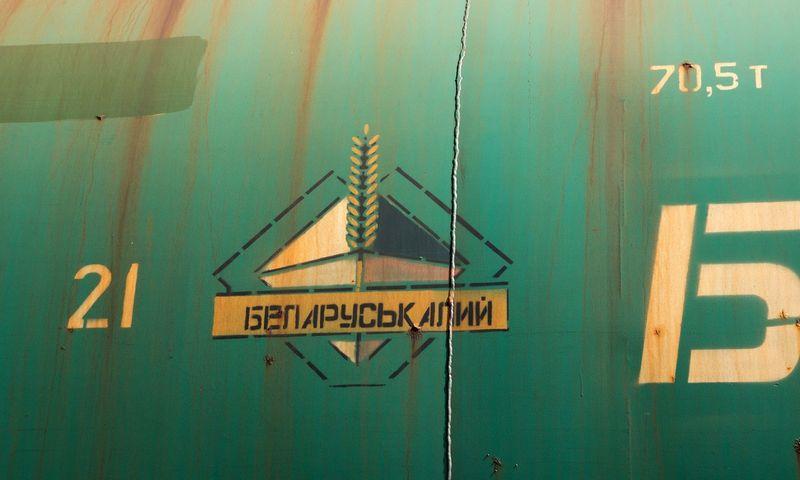 """Klaipėdos UAB """"Birių krovinių terminalas"""". Įmonė specializuotame terminale sandėliuoja, krauna birias ir pakuotas mineralines trąšas, mineralines ir chemines medžiagas, generalinius ir kitus krovinius. Teikia krovinių svėrimo, krovimo į kitas transporto priemones paslaugas. Vagonai su baltarusiškomis kalio trąšomis. Algimanto Kalvaičio nuotr."""