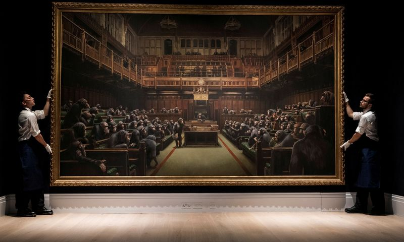 "Banksy, ""Devolved Parliament"", 2009. Simon Dawson ("" Reuters"" / ""Scanpix"") nuotr."