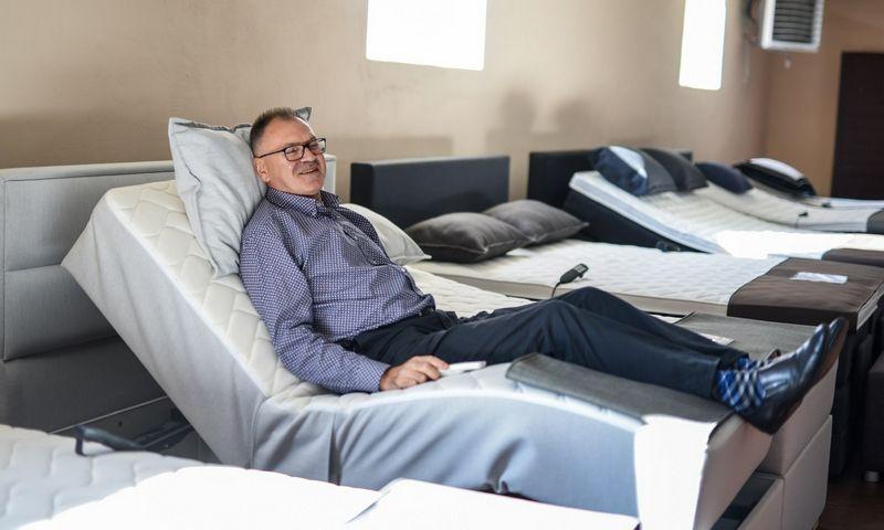 """Arvydas Padvaiskas, UAB """"Padvaiskas ir Ko"""" generalinis direktorius: """"Nors 97% produkcijos eksportuojame, bet mūsų firminėje parduotuvėje yra platus lovų pasirinkimas šalies pirkėjams""""."""