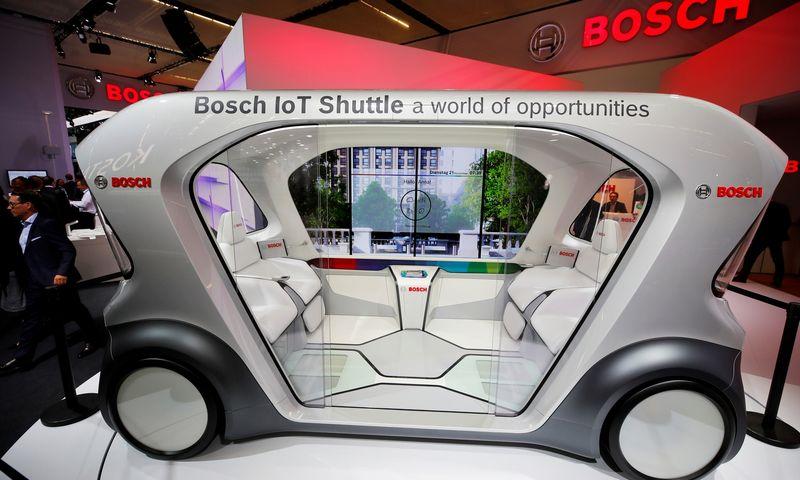 """""""Bosch"""" tvirtina, kad elektromobilių ir savavaldžių automobilių pramonė ypatingai padidins puslaidininkių ir mikroschemų poreikį. """"Reuters"""" / """"Scanpix"""" nuotr."""