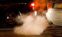 Taršių automobilių mokesčio įvedimą siūloma atidėti bent metams