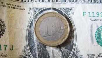 Didieji bankai atsisako užsienio valiutų keitimo grynaisiais