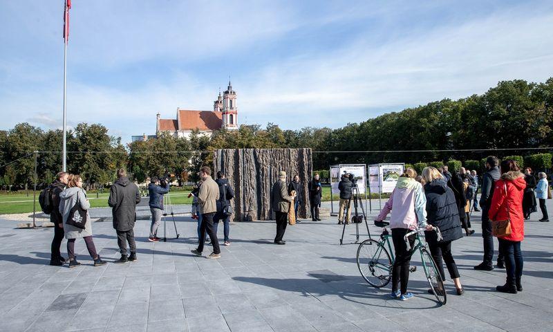"""Lukiškių aikštėje visuomenei rugsėjį pristatytas """"Laisvės kalvos"""" realaus dydžio bandinys. Juditos Grigelytės (VŽ) nuotr."""