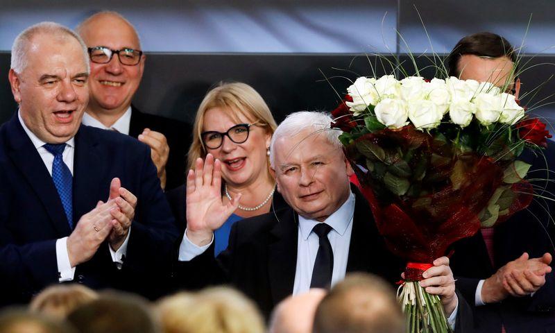 """""""Teisė ir teisingumas"""" su savo lyderiu J. Kaczynskiu švenčia pergalę parlamento rinkimuose. Kacpero Pempelio (""""Reuters"""" / """"Scanpix"""") nuotr."""