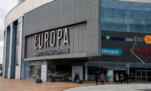Iš prekybos centro aikštelės su automobiliu iškritusi moteris reikalauja 200.000 Eur