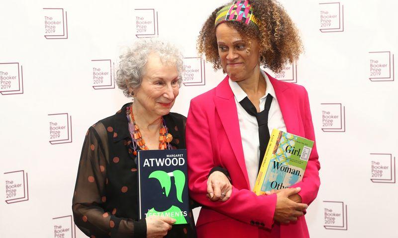 """Margaret Atwood ir Bernardine Evaristo teikiant """"Booker"""" premiją. Simono Dawsono (""""Reuters""""/""""Scanpix"""") nuotr."""