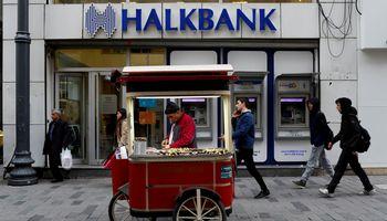 Turkija po JAV veiksmų uždraudė pelnytis iš bankų akcijų pigimo