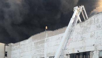 Ugniagesiai pristabdė padangų gaisro plitimą Alytuje, situacija išlieka sudėtinga