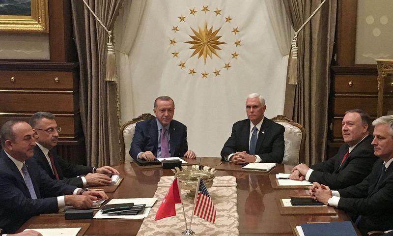 """Turkijos prezidentas R. T. Erdoganas susitiko su JAV viceprezidentu M. Pence. Shaun Tandon (AFP/""""Scanpix"""") nuotr."""