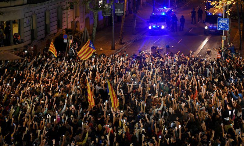 """Taikios protesto akcijos Barselonoje ir jas lydintys riaušininkai mieste sudaro ekstremalią padėtį. AFP / """"Scanpix"""" nuotr."""