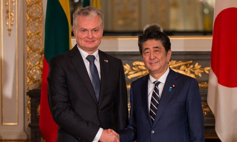 Prezidentas Gitanas Nausėda Tokijuje susitiko su Japonijos premjeru Shinzo Abe. Roko Danilevičiaus (Prezidento kanceliarija) nuotr.
