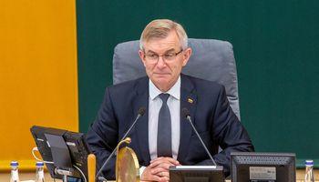 Seimo vadovas išsilaikė, betįtariama, kad netrukus bus jį bandoma versti vėl