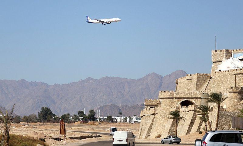 "Lėktuvas skrenda į Šarm el Šeicho oro uostą. Asmaa Waguih (""Reuters""/Scanpix"" nuotr.)"