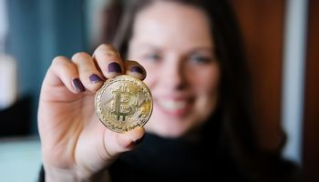 Bitkoino kaina: baimę dėl mirtino susikirtimo pakeitė pozityvūs lūkesčiai