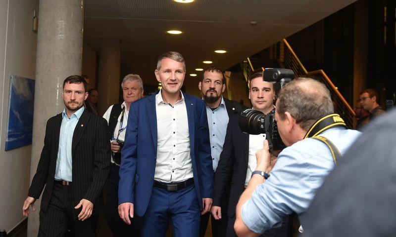 "AFD lyderis Tiuringijoje Bjoernas Hoecke (centre). Christofo Stache (AFP / ""Scanpix"") nuotr."