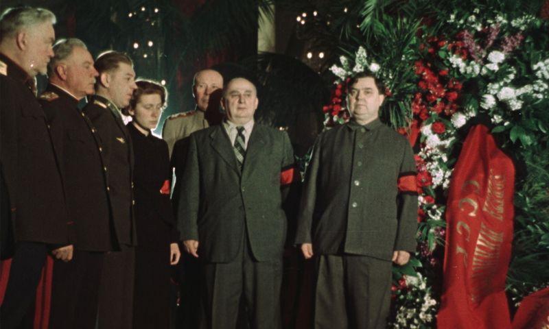 """Kadras iš S. Loznicos dokumentinio filmo """"Valstybinės laidotuvės""""."""