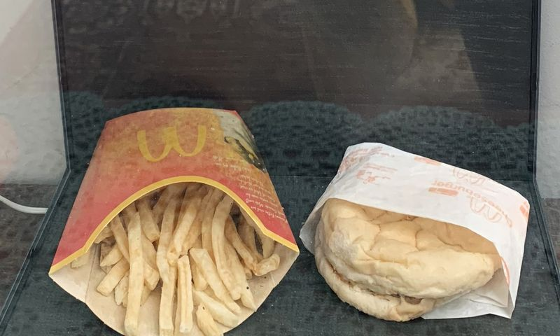 """Paskutinis """"McDonald's"""" mėsainis Islandijoje saugomas muziejuje, po stikliniu gaubtu.  Angelikos Osiewalskos (AFP) / """"Scanpix"""") nuotr."""